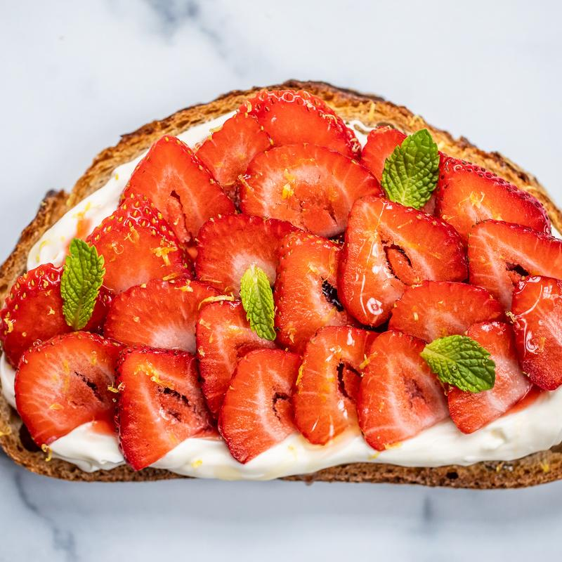Strawberries with cream and pastry