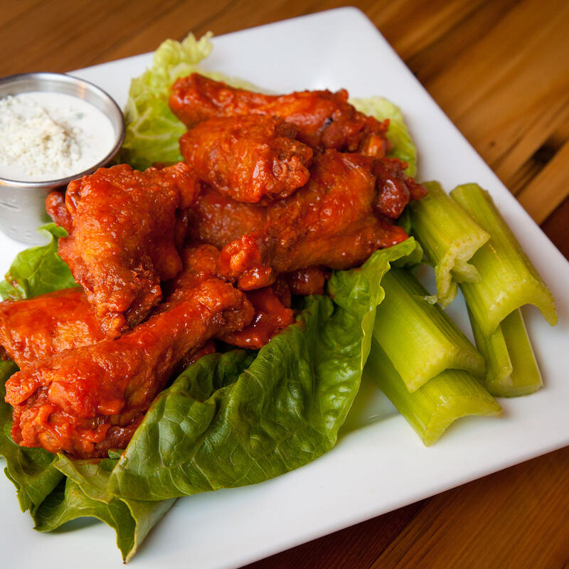 Hot wings with veggies and white cream