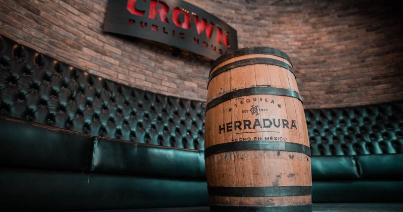 Interior, herradura barrel