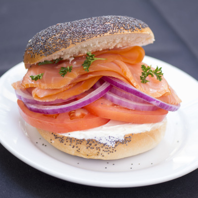 Raw fish burgers with vegetables