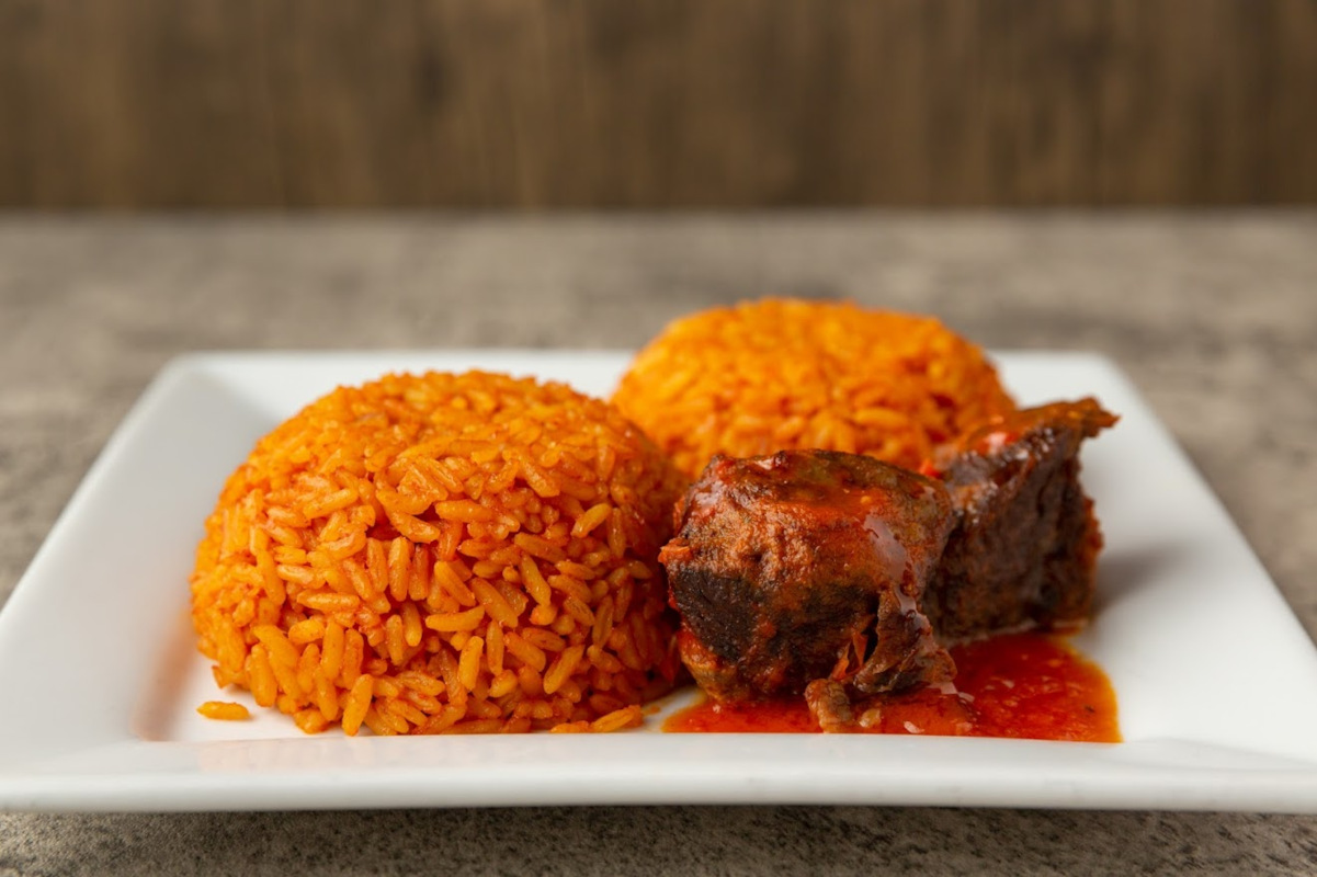 Long-grain rice, spices, vegetable and 2 pieces of beef