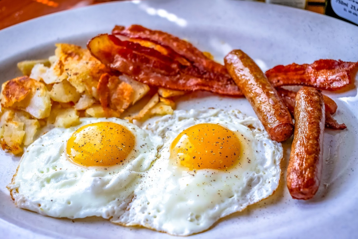 Eggs with bacon, sausages and potatoes