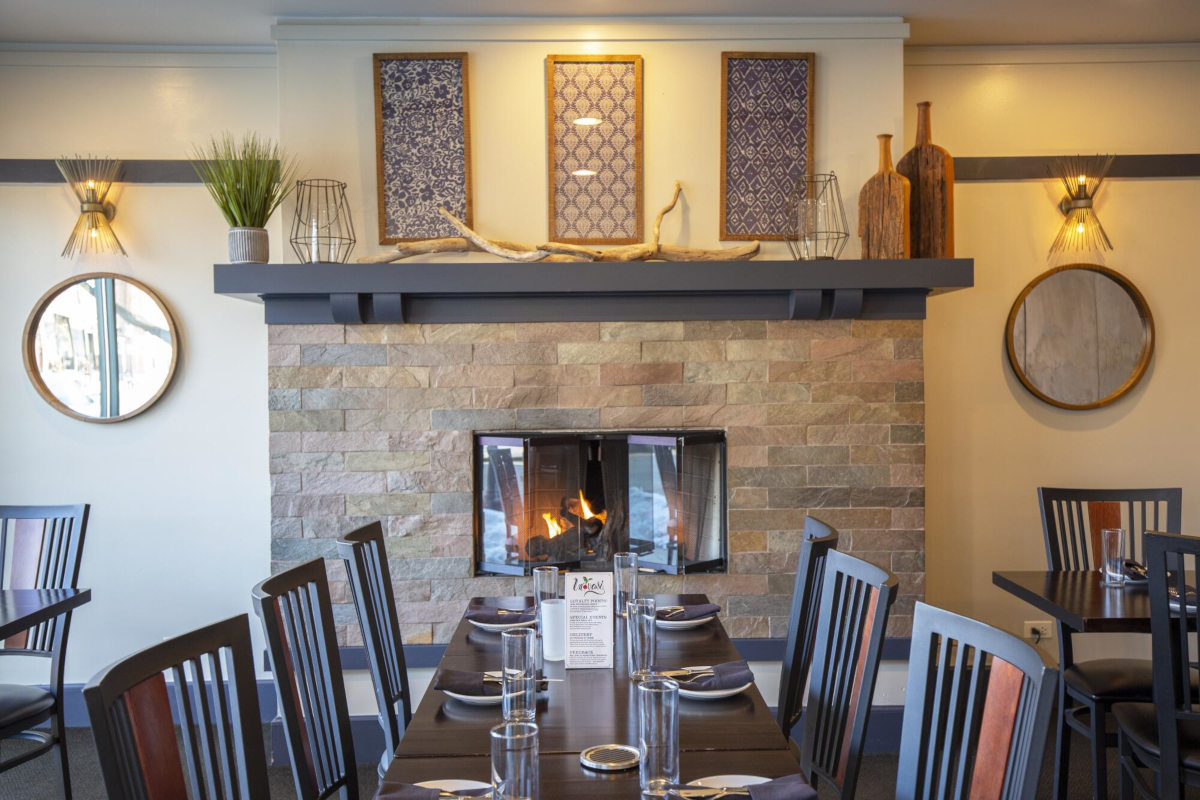 Table for six, fire place in the back