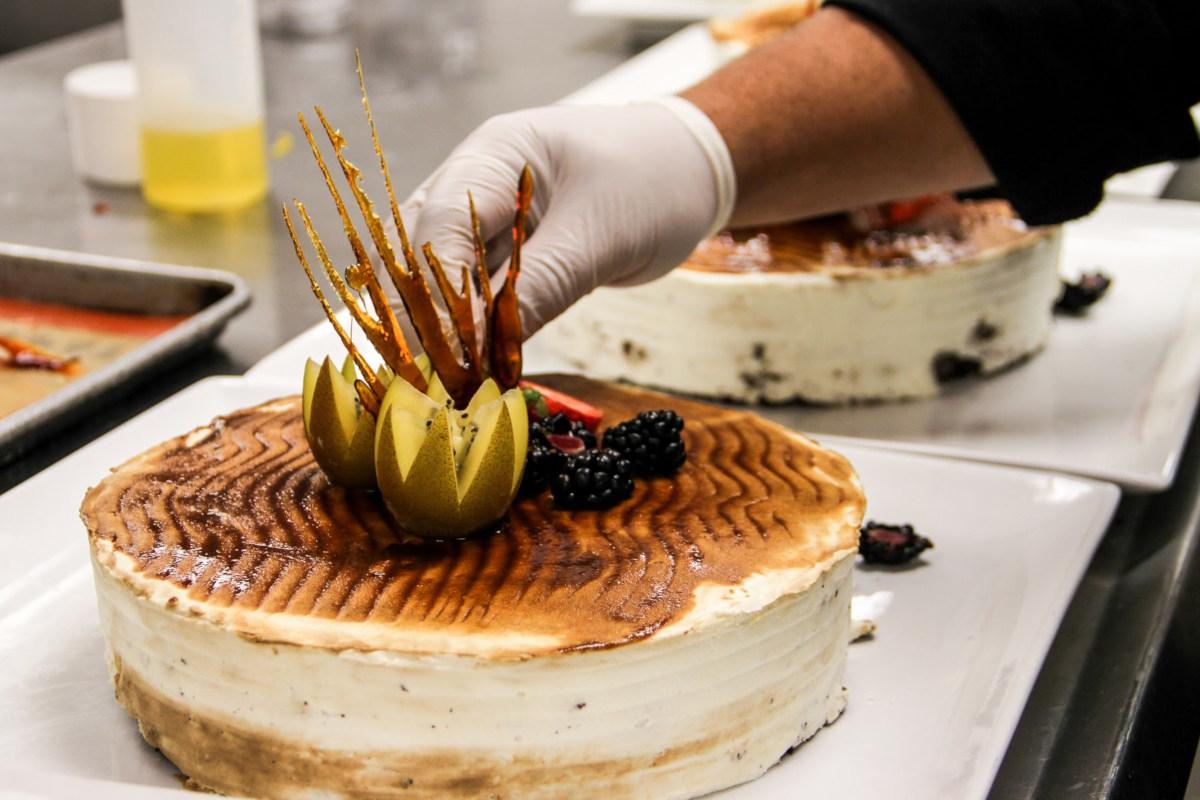 Kiwi, Blackberry, caramelized sugar cake decoration