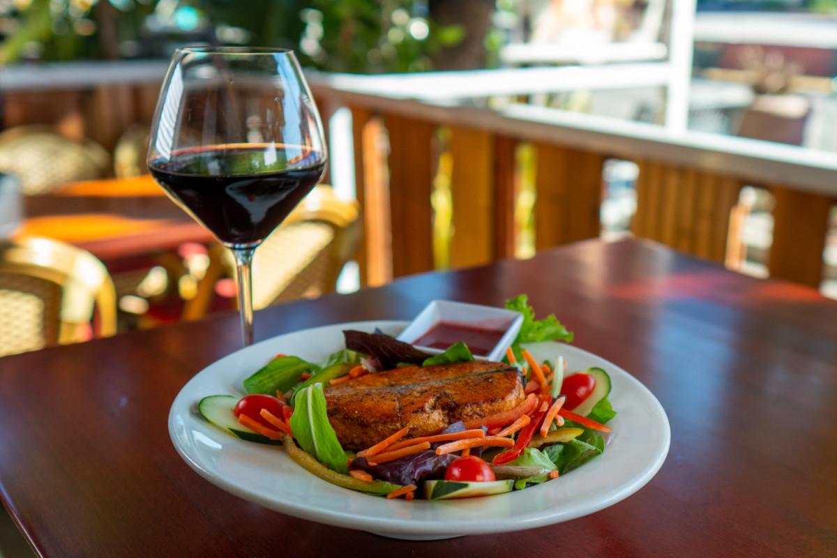 blackened salmon, salad, red wine Merolt