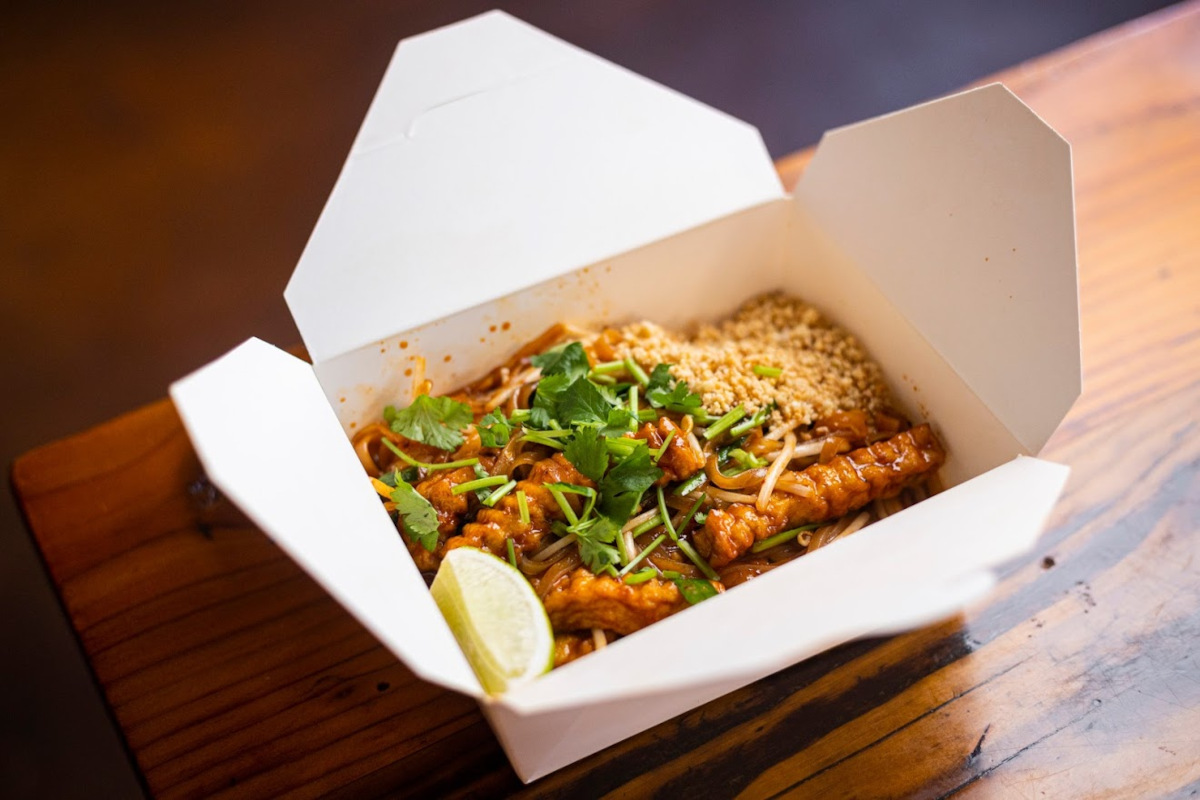 Stir-fried thin rice noodles, bean sprouts, peanuts