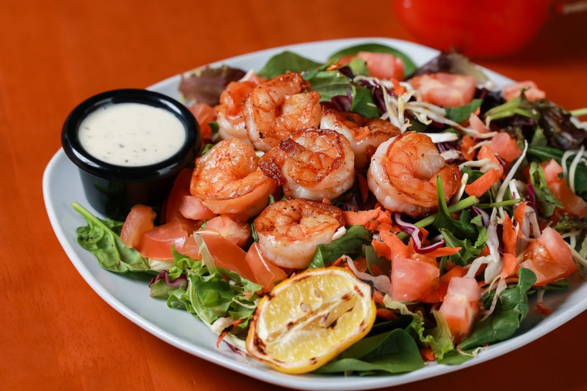 Shrimps, green salad and dip on the side