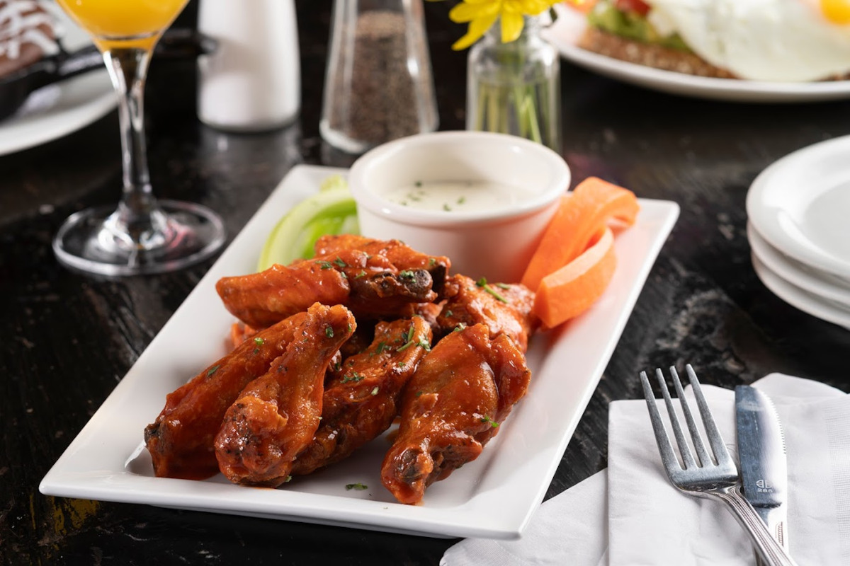 Chicken wings with white dip