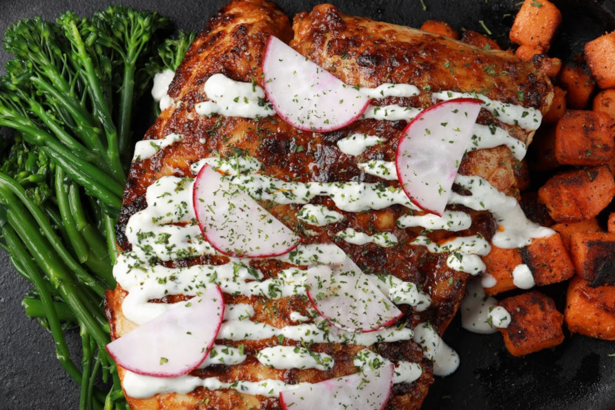 Glazed ribs with potatoes, greens and cream