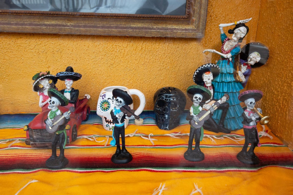 Figurines, skeletal mariachi