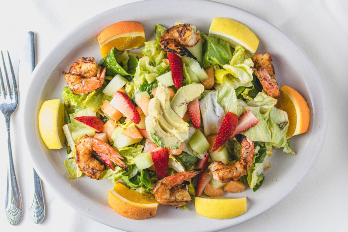 Shrimps with mixed salad and fruit
